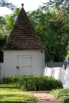 Shed ~ Colonial Williamsburg. I would so paint a gnome face on the white part of the shed, so that the whole thing looks like a garden gnome! Garden Buildings, Garden Structures, Colonial Garden, Colonial Cottage, Gnome Garden, Garden Sheds, Potting Sheds, Potting Benches, Modern Garden Design