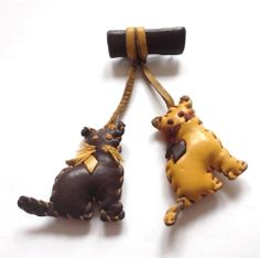 VINTAGE 1940'S HANDMADE LEATHER CAT KITTENS DUO CHARM STATEMENT BROOCH