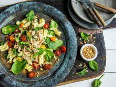 Kylling- og pastasalat med pesto | Oppskrift - MatPrat Pesto, Side Dishes, Salads, Food Porn, Chicken, Ethnic Recipes, Side Dish, Salad, Chopped Salads