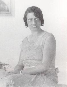 MARGARITA COMAS CAMPS (1892-1973) Margarita Comas es una figura reconocida en el campo de la pedagogía española, al que dedicó la mayor parte de su actividad profesional e intelectual: trabajó fundamentalmente como profesora de ciencias en las Escuelas de Magisterio, y entre 1933 y 1936 fue profesora de Biología Infantil en la facultad de Pedagogía de la Universidad Autónoma de Barcelona. Sin embargo, su orientación hacia el magisterio y la pedagogía estuvo en parte determinada por la…
