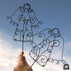 Andělské zapíchnutí Drátovaný andílek, tentokrát jako zápich do vázy, květináče či jiné dekorace. Andílek je vyroben z černošedého železného drátu, proti reznutí je ošetřen olejem, dozdoben voskovými perličkamive vánočních barvách (nebo dle přání, tak jak vidíte na doplňkových fotografiích) Rozměry: výška andílka: 15cm délka tyčky zápichu: 20cm (možno ...