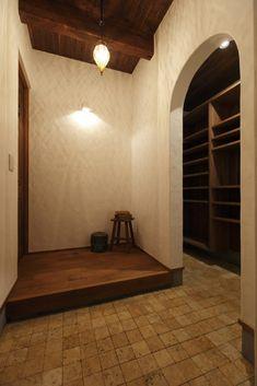 たっぷりシューズクロークのある玄関。漆喰のシンプルなのに表情豊かな凹凸が優しい照明に照らされる空間。 Entrance, Decor, Wall, Wall Lights, Light, House Design, Interior, New Homes, Home Decor