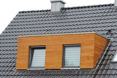 Modernisierung: Dachgaube mit Holz-Rhombusschalung und Dachflächen mit Tondachziegel