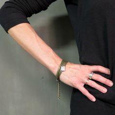 Bracelet en cuir et en étain de Marie-Hélène Haché. Bijou fabriqué à la main avec du cuir de haute qualité et de l'étain coulé et poli. Les pièces d'étain sont d'une brillance incomparable pour agrémenter un poignet!