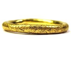 Engraved round ring with feathers (18 ct. yellow gold, Katherine Bowman).