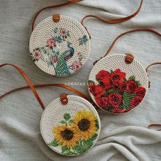 White Decoupage Handwoven Round Rattan Bag Bali - Natural Ata Grass Shoulder Bag Sac rond blanc en d Crochet Shell Stitch, Crochet Motifs, Bead Crochet, Crochet Handbags, Crochet Purses, Crochet Bags, Purse Patterns, Knitted Bags, Wow Products