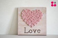Cuadro Love creado por D!meic. Pintado a mano sobre madera y diseñado con lana.