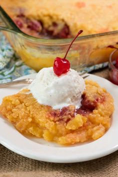Pineapple Upside Down Dump Cake - This EASY pineapple upside down cake recipe has only 4 ingredients! Simply dump the recipes into the pan and bake. The easiest cake recipe EVER and it feeds a crowd! Köstliche Desserts, Delicious Desserts, Dessert Recipes, Yummy Food, Holiday Desserts, Dinner Recipes, Cupcakes, Cupcake Cakes, Poke Cakes