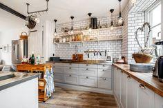 fint platsbyggt kök i grått