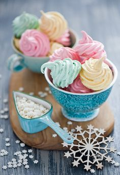 Meringues Vintage shabby chic home decor Pastel unicorn color pink blue light violet green mint beautiful colorful kawaii things objects cute orange yellow Köstliche Desserts, Delicious Desserts, Dessert Recipes, Caramel Mou, Hansel Y Gretel, Meringue Cookies, Pavlova, Cute Food, Cupcake Cakes