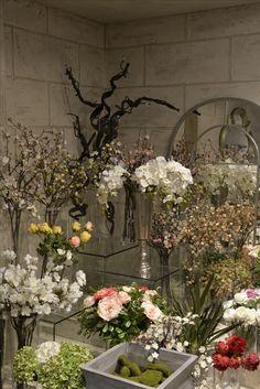 Dags att värma upp hemmet med färger som håller och blommor som lyfter humöret varje dag.  Besök oss på vårt showroom på Norrlandsgatan 7 och bli inspirerad.  _________  #benington #home #design #homefashion #orchids #exclusive #room #interior #interior4all #interior123 #fall #white #diningroom #solo #colours #inredning #decor #cutipol #style #trend #elegant #stockholm #inspo #kitchen #love #luxury #flowers #colours #instalove #beautiful
