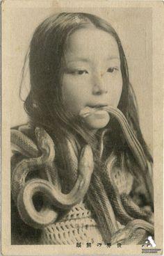 A creepy vintage Japanese postcard. Old Pictures, Old Photos, Vintage Photographs, Vintage Photos, Photographie Portrait Inspiration, Arte Horror, Serpent, Foto Art, Pics Art