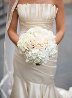 Rozen en hortesia combineren mooi! Combineer dit speels met wat kleinere bloemetjes en verschillende pasteltinten en je hebt een super mooi bruidsboeket!