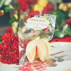Pyszne ciasteczka w opakowaniu z personalizowaną etykietą to doskonały pomysł na upominek dla gości - podziękujcie im za przybycie w wyjątkowy sposób. #prezentdlagosci #kolekcjaslubna #kolekcjaflora #slub #wesele #podarunekdlagosci Flora, Table Decorations, Vegetables, Veggie Food, Vegetable Recipes, Veggies, Dinner Table Decorations, Center Pieces