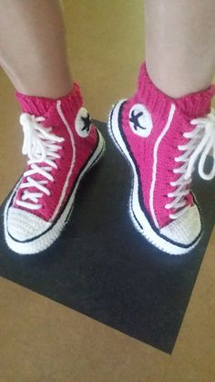Baby Crochet Pattern Crochet Converse Slippers Free Pattern And Video Diy Converse, Converse Slippers, Crochet Converse, Converse Shoes, Converse Style, Converse High, Crochet Boots, Crochet Slippers, Knit Or Crochet