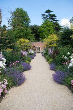 english garden English Lavender Garden Path front of the beds out front Magic Garden, Dream Garden, Garden Borders, Garden Paths, Unique Gardens, Beautiful Gardens, Table Rose, English Garden Design, English Landscape Garden