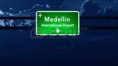 Iniciar Medellín Colombia Aeropuerto Autopista Carretera en la noche Ilustración 3D