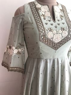 Indian Gowns, Indian Attire, Indian Outfits, Hand Embroidery Dress, Kurti Embroidery Design, Pakistani Dress Design, Pakistani Dresses, Kurta Designs, Blouse Designs