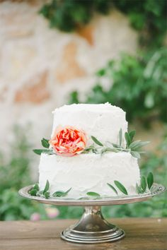 rustic style wedding cake #rusticweddingcake #whiteweddingcake http://www.weddingchicks.com/2013/11/20/austin-wedding-venue/