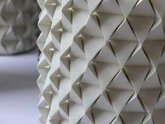 Ciment coulé dans un origami papier http://www.blog-espritdesign.com/artiste-designer/design/palmas-vase-origami-beton-par-ofir-zucker-et-ilan-garibi-13406