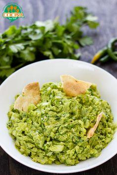 Guacamole.   2 aguacates grandes * 1 cebolla blanca mediana * ½ taza de hojas de cilantro * 2 chiles verdes serranos * 1 limón * sal