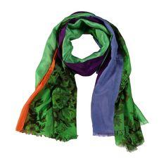 sciarpa in seta 50% e cotone 50% dove predominano i colori verde e viola su un motivo floreale ed una scia di arancio. Made in India. Dimensioni: Lunghezza 200, Larghezza 90