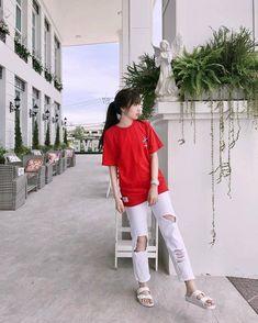 ลุคสตรีทสไตล์ของปุยเมฆ เธอเลือกเสื้อยืดสีแดงกับกางเกงยีนส์ขาดสีขาว และรองเท้า... Korean Girl Fashion, Ulzzang Fashion, Indie Fashion, Ulzzang Girl, Korean Photography, Girl Photography Poses, Fashion Pants, Fashion Outfits, Womens Fashion