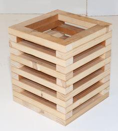 Handgemaakte kaarsenhouder van latjes. Creëer gemakkelijk sfeer in uw huis of tuin. Diy Crafts Hacks, Diy Home Crafts, Craft Stick Crafts, Wood Planter Box, Wood Planters, Wooden Projects, Diy Home Decor Projects, Wood Bookshelves, Diy Plant Stand