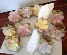 Holders for Napkins with Felt Felt Diy, Felt Crafts, Fabric Crafts, Sewing Crafts, Felt Flowers, Fabric Flowers, Paper Flowers, Felt Fabric, Deco Table