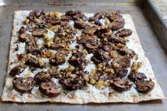 Erdige Fladen Pizza - Pilz, Walnuss, schwarze Trüffel-Sauce