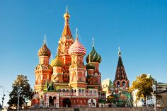 De Sint-Baslius basiliek met de gekende, veelkleurige 'ajuin'-koepels gebouwd in opdracht van Ivan de Verschrikkelijke, ter ere van diens overwinning op de Tataren