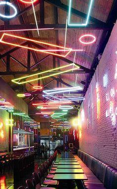 Os elementos de neon suspensos sugerem um teto rebaixado