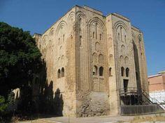 La Cuba a Palermo | Lungo la strada che conduce a Monreale si trovano i resti di un altro dei palazzi dei piaceri dei sovrani normanni, la Cuba. Anche questo edificio è a forma di parallelepipedo, con una torre quadrangolare che si distacca da ciascuno dei lati. Alti archi ciechi gradonati racchiudono vari livelli di finestre, ora quasi completamente tamponate. A lungo ritenuta opera araba, la Cuba è stata correttamente datata al 1180 grazie alla corretta interpret...