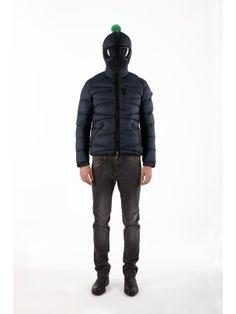Piumino ultralight da uomo con cappuccio ergonomico brevettato. La giacca è provvista di un supporto in silicone per le lenti, staccabili e intercambiabili. Tessuto a colori contrastanti tra interno ed esterno. Downproof e water repellent.