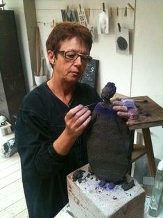 Jeannie Griveau sculpteur, céramiste nous propose ses petits personnages romantiques. L'éternel féminin, il n'y a rien de plus beau. Elle réalise avec délicatesse un monde de quiétude et d'harmonie.