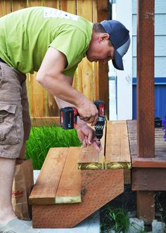 I need some deck stairs in the worst way out back. Replace the metal stairs! Wood Projects For Beginners, Diy Wood Projects, Easy Woodworking Projects, Woodworking Plans, Deck Stairs, Pallet Stairs, Metal Stairs, Outdoor Stairs, Diy Deck