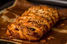 Csokis-leveles párna/Chocolate-leaf pads •1 piece of puff pastry (ready, yeast) •1 table (Milka) milk chocolate •0.5 egg (mixed) •1 handful of almonds (sliced)
