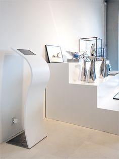 Impact iPad kiosk stand at Normann Copenhagen. Corian®, buede iPad standere, curved iPad stand