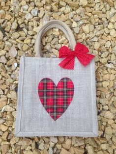 Bolsa corazon en rojos Hessian Bags, Jute Bags, Fabric Bags, Fabric Scraps, Christmas Fair Ideas, Bag Patches, Creative Bag, Scrap Fabric Projects, Diy Tote Bag