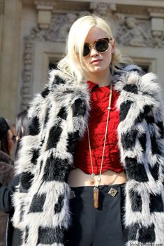 Abbey Lee Kershaw wearing Super Lucia during PFW - fur coat admire! Trending Sunglasses, Round Sunglasses, Spring Sunglasses, Young And The Reckless, Abbey Lee Kershaw, Blonde Women, Models Off Duty, Autumn Street Style, Love Fashion