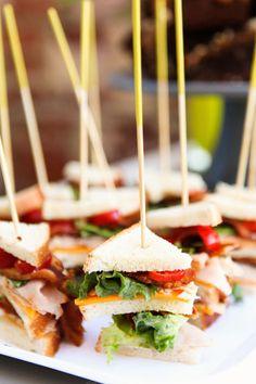 Mini Sandwiches, ideais para festas, feitas com pão de forma, queijo, tomate e alface.