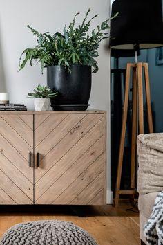 Buffet droit contemporain en bois recyclé certifié FSC. Dimensions : L150 x P45 x H75cm. De style contemporain, le buffet Vittoria est conçu en bois recyclé. Doté de 3 tiroirs en colonne avec poignées métal et 2 portes aimantées avec poignées métalliques, ce buffet offre un grand espace de rangement avec étagère centrale. Les motifs chevron des 2 portes et le bois brut recyclé aux imperfections et accidents du bois recyclé mettent en avant l'authenticité de ce bahut rustique en bois.