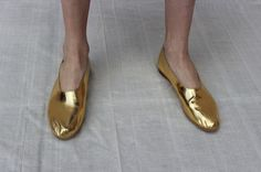 Martiniano glove shoe in gold at MNZ Fashion Moda, Look Fashion, Fashion Shoes, Pumps, Heels, Zapatos Shoes, Ellie Saab, Gold Shoes, Gold Flats