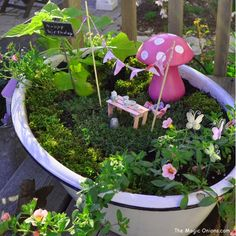 fairy garden - love the pink table out of pop - Fairy Lights Terrace Amazing Gardens, Diy Garden, Flower Pots, Fairy Garden Party, Garden Birthday, Garden Terrarium, Garden Crafts, Fairy Garden