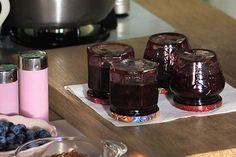 Zastanawiasz się, po co odwraca się słoiki ze świeżo przygotowanymi przetworami do góry dnem? Obejrzyj film na Kuchni Lidla!