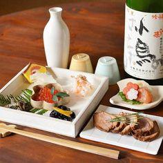 新年の乾杯は、お節とともに埼玉・神亀酒造「小鳥のさえずり」をお燗で。酒卓にも色々と鳥を散らし、新年から千鳥足の始まりです。今年も酔い一年を。    #今宵堂晩酌帖 #新年 #酉年 #日本酒 #sake