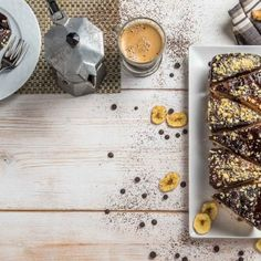 Κέικ σοκολάτα μπανάνα / Chocolate cake with banana. Αφράτο και με ξεχωριστή γεύση, κατάλληλο για το πρωινό σας! #millsofcrete #chocolatecake #chocolaterecipes #banana #greekrecipes #γλυκα #κεικ #κεικσοκολατα #χωριςλακτοζη #μπανανα #κεικμπανανα #σοκολατα #συνταγες Oatmeal, Vegan Recipes, Bread, Breakfast, Food, Breakfast Cafe, Meal, Rolled Oats, Brot