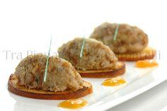 Quenelle di baccalà mantecato, pinoli tostati e cipolla di Montoro in agrodolce, con riduzione di arancia e menta e crostini di pane all'olio