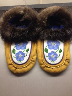 Forget-Me-Not Slippers by Alaska Beadwork Beaded Shoes, Beaded Moccasins, South American Art, Native Design, Leather Crafts, Native American Beading, Native Indian, Bead Weaving, Beaded Embroidery
