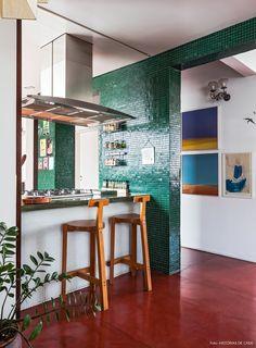Piso cimento queimado vermelho, pastilhas verdes e banqueta Girafa de Lina Bo Bardi.